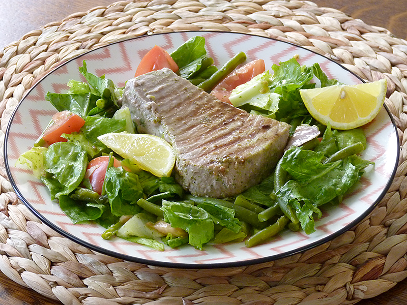 Gegrilde tonijn metsperziebonen salade